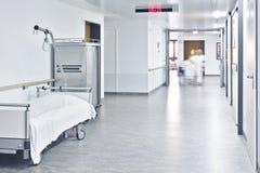 Pasillo de la cama de hospital Foto de archivo