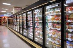 Pasillo de la comida congelada Imagenes de archivo