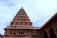 Pasillo de la gente con el campanario del palacio del maratha del thanjavur Imagenes de archivo