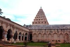 Pasillo de la gente con el campanario del palacio del maratha del thanjavur Fotos de archivo libres de regalías
