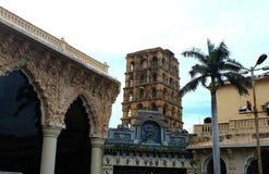 Pasillo de la gente con la torre del palacio del maratha del thanjavur Foto de archivo libre de regalías