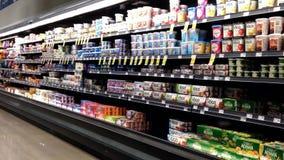 Pasillo de la lechería y de la comida congelada en reserva en las comidas almacen de metraje de vídeo