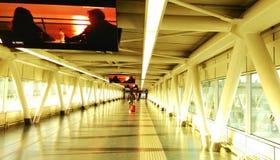 Pasillo de la llegada en el aeropuerto Fotos de archivo
