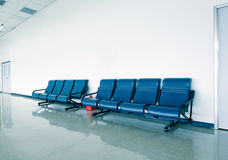 Pasillo de la oficina con las sillas azules Foto de archivo libre de regalías