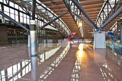 Pasillo de la salida en el aeropuerto Foto de archivo