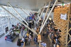 Pasillo de la salida en el aeropuerto de Schiphol Imagenes de archivo
