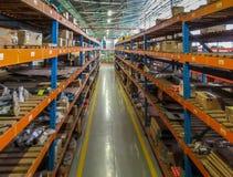 Pasillo de la tienda de Warehouse con la estantería apilada fotos de archivo libres de regalías