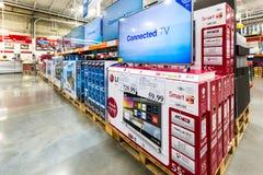 Pasillo de la TV en una tienda de Costco Foto de archivo libre de regalías