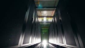Pasillo de la unidad del servidor con nadie dentro Servidores en centro de datos almacen de video