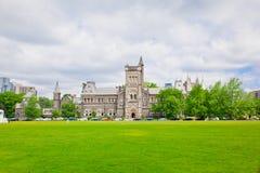 Pasillo de la universidad con el césped verde en el frente Fotografía de archivo libre de regalías