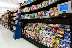 Pasillo de las revistas en un supermercado americano Foto de archivo libre de regalías