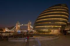 Pasillo de Londres con el puente de la torre del fondo Fotografía de archivo