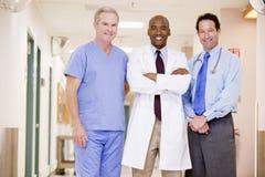 Pasillo de los doctores Standing In A Hospital Imagen de archivo