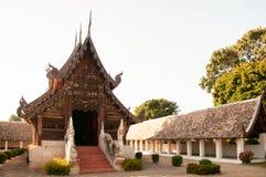 Pasillo de madera hermoso de Wat Ton Kwen Buda, Chiang Mai, Tailandia Fotografía de archivo
