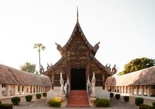 Pasillo de madera hermoso de Wat Ton Kwen Buda, Chiang Mai, Tailandia Imagen de archivo