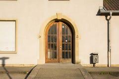 Pasillo de madera Smiley Grafitti de Archicture del europeo de las puertas dobles Imagen de archivo libre de regalías