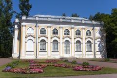 pasillo de piedra del pabellón en Oranienbaum, Petersburgo, Rusia Imagenes de archivo