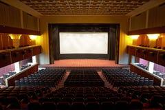 Pasillo de un cine y de las líneas butacas Imágenes de archivo libres de regalías