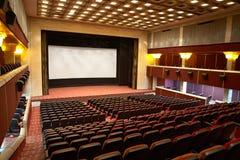 Pasillo de un cine y de las líneas de butacas rojas Foto de archivo libre de regalías