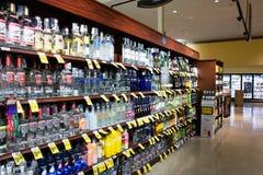 Pasillo del alcohol en Safeway fotografía de archivo libre de regalías