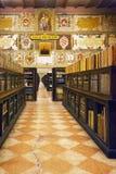 Pasillo del ` antiguo Archiginnasio del dell de Biblioteca en Bolonia fotos de archivo libres de regalías