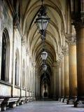 Pasillo del ayuntamiento más interier con las linternas y los pilares en el rathaus de Viena fotos de archivo