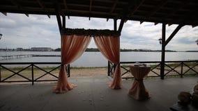 Pasillo del banquete en las orillas Ceremonia de boda en la orilla Adornado casandose la tabla en la playa, luz suave de la tarde almacen de video