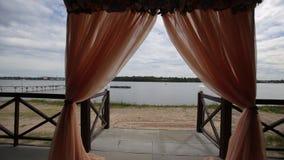 Pasillo del banquete en las orillas Ceremonia de boda en la orilla Adornado casandose la tabla en la playa, luz suave de la tarde metrajes