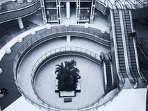 Pasillo del centro comercial moderno Fotos de archivo
