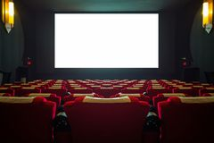 Pasillo del cine con el asiento rojo y la pantalla blanca ancha fotografía de archivo libre de regalías