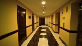 Pasillo del pasillo de un edificio de varios pisos en Dubai metrajes