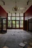 Pasillo del estilo de los mediados de siglo - centro turístico abandonado Fotos de archivo