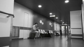 Pasillo del hospital con el paciente que espera en sitio almacen de metraje de vídeo