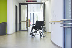 Pasillo del hospital de la silla de ruedas Foto de archivo libre de regalías