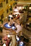 Pasillo del hotel de lujo con las fuentes Imagen de archivo libre de regalías