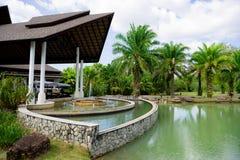Pasillo del hotel en Tailandia con la piscina y la fuente imagen de archivo
