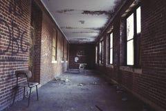 Pasillo del ladrillo en el edificio abandonado Foto de archivo