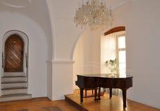 Pasillo del palacio con el piano Fotografía de archivo