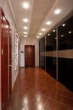 Pasillo del pasillo del diseño moderno en el apartamento imagenes de archivo