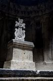 Pasillo del templo cristiano Geghard de la roca con una cruz ornamental Foto de archivo