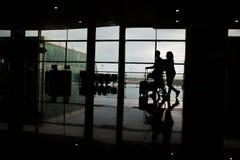 Pasillo del terminal de aeropuerto con algunos viajeros foto de archivo libre de regalías