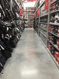 Pasillo departamental de las compras del zapato de la tienda fotografía de archivo libre de regalías