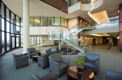 Pasillo en el edificio de oficinas moderno Imagen de archivo libre de regalías
