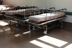 Pasillo en hospital con las camas Fotografía de archivo