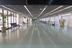 Pasillo en la terminal de aeropuerto fotografía de archivo libre de regalías