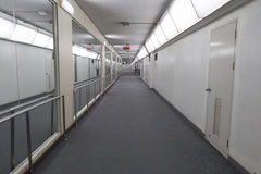 Pasillo en la terminal de aeropuerto imágenes de archivo libres de regalías