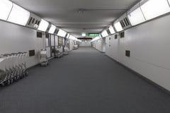 Pasillo en la terminal de aeropuerto foto de archivo libre de regalías
