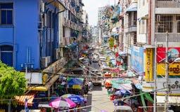 Pasillo en Rangún delante del mercado de Bogyoke fotografía de archivo