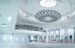 Pasillo enorme de la mezquita con la lámpara minimalista moderna en el centro imágenes de archivo libres de regalías