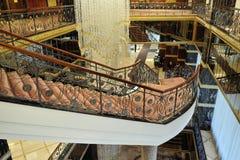 Pasillo, escaleras y una lámpara grande en el hotel Lotte Imágenes de archivo libres de regalías